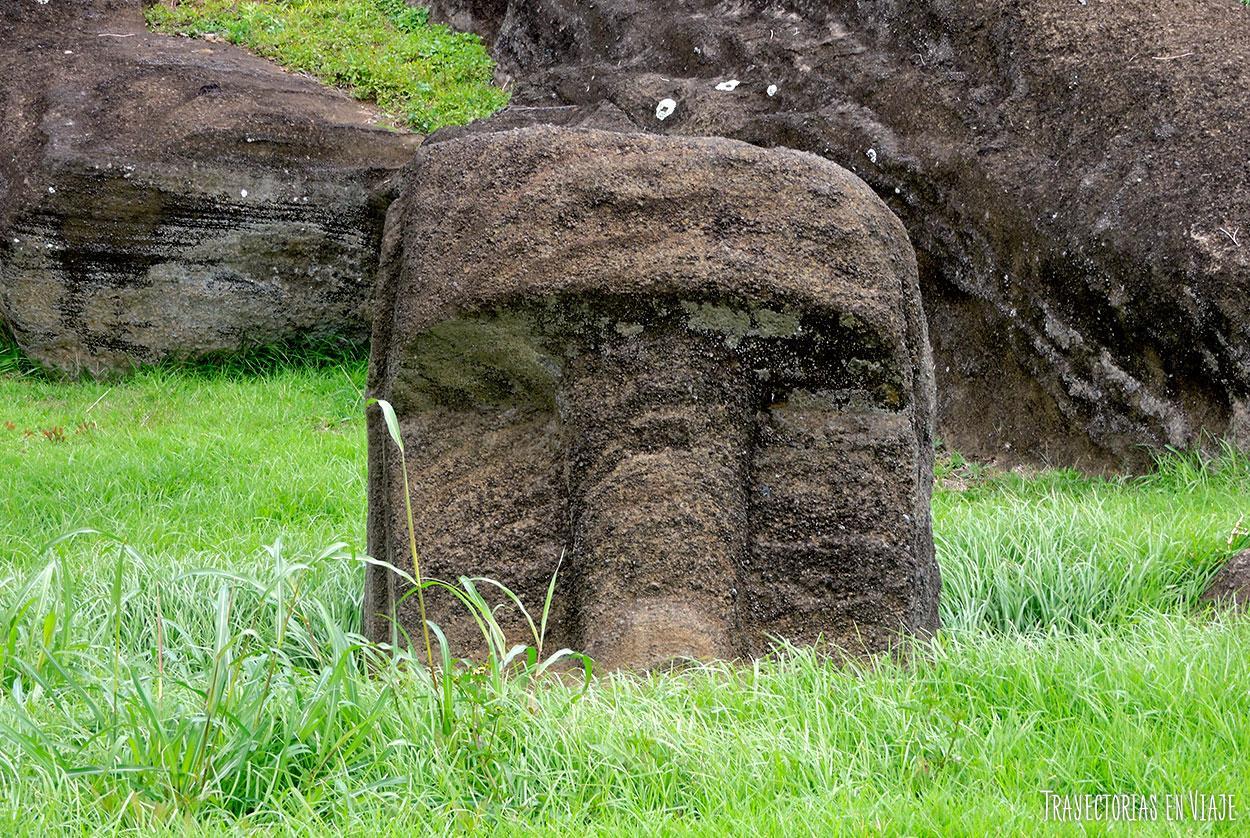 Moai enterrado por el paso del tiempo - Isla de Pascua