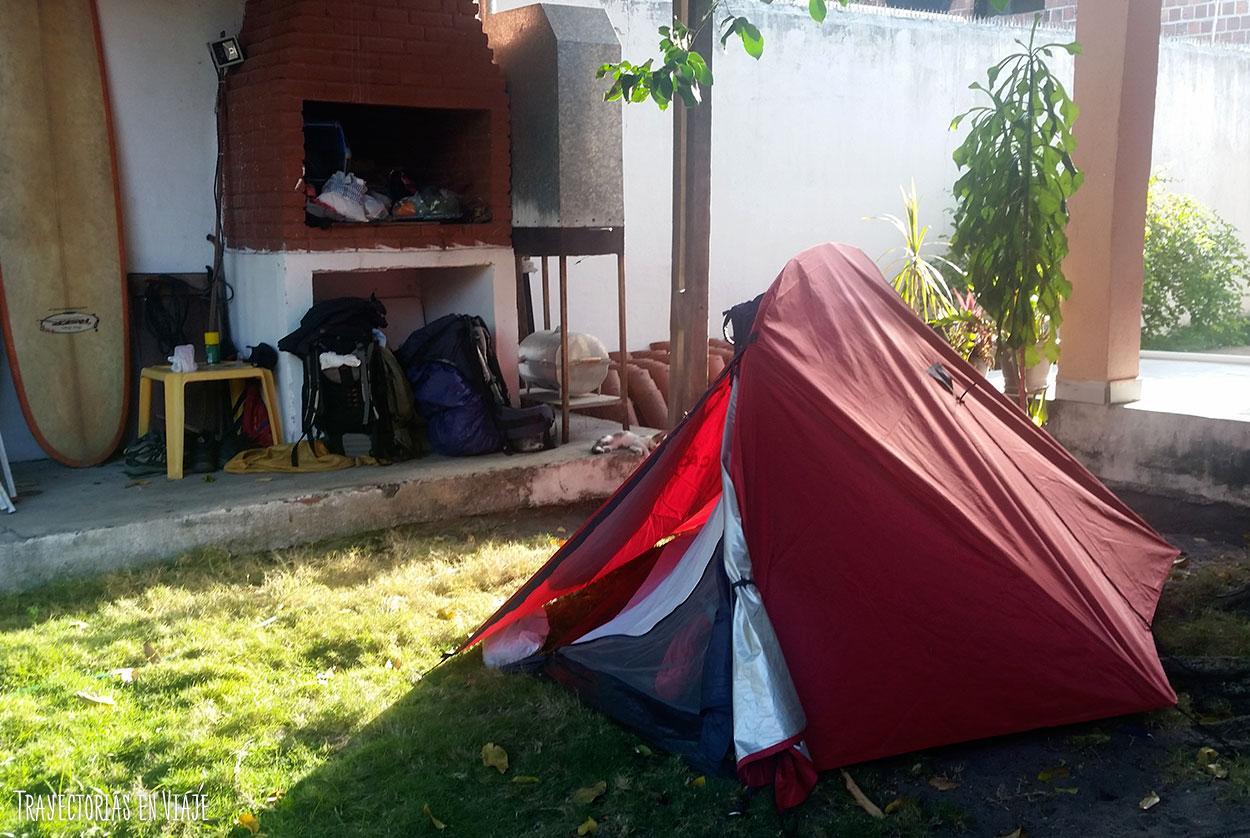 El couchsurfing y la carpa pueden ser buenas combinaciones para viajar sin pagar alojamiento.