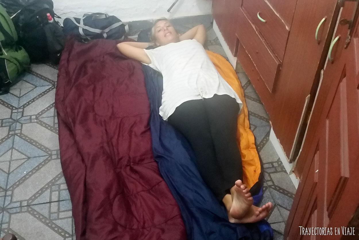 Para viajar sin pagar alojamiento a veces hay que dormir en el piso.