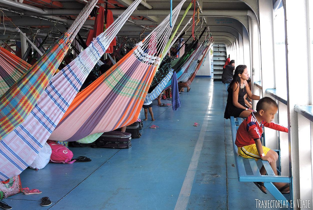 Momento de tranquilidad en el viaje en barco por el Amazonas