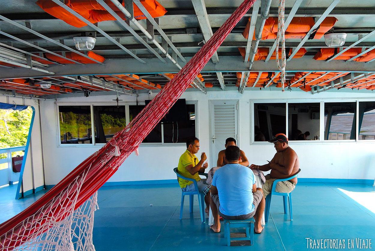 Juego de poker en el viaje en barco por el Amazonas