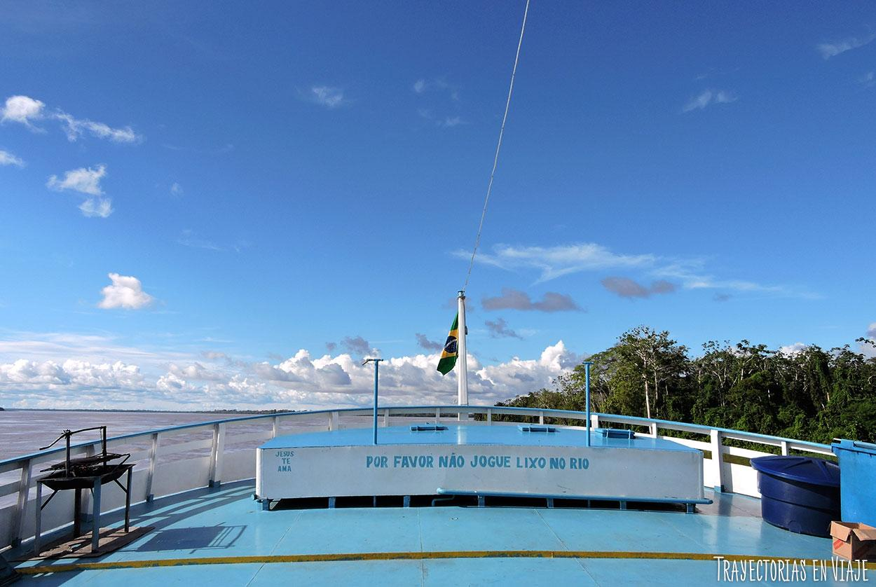 Vista desde la parte superior del barco en el que viajamos por el Amazonas
