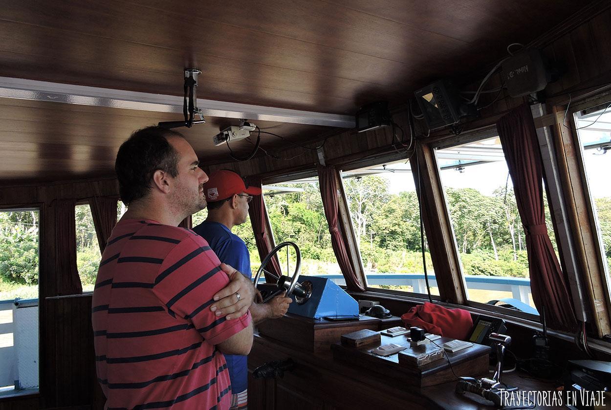 Con el capitán del barco que viaja por el Amazonas de Brasil