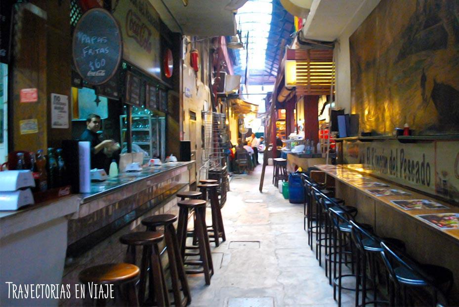 Puestos de comida del Mercado del Puerto. Montevideo Uruguay