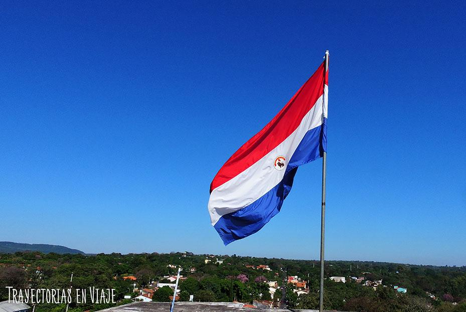 Bandera de Paraguay en la terraza de la basílica de Caacupé Paraguay