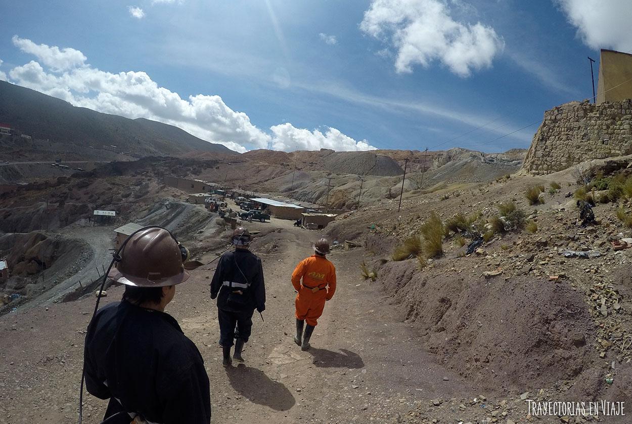 A punto de entrar a las minas de Potosí