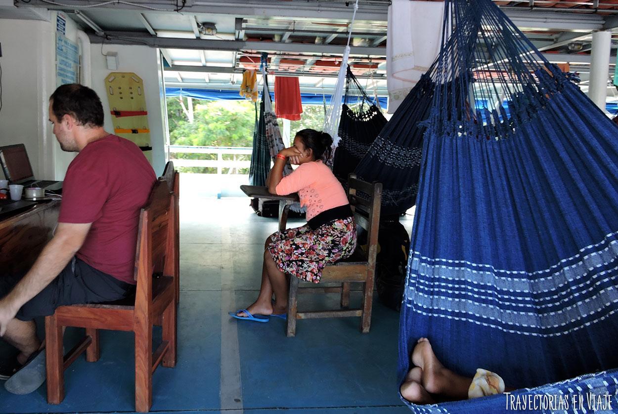 viaje en barco por el amazonas