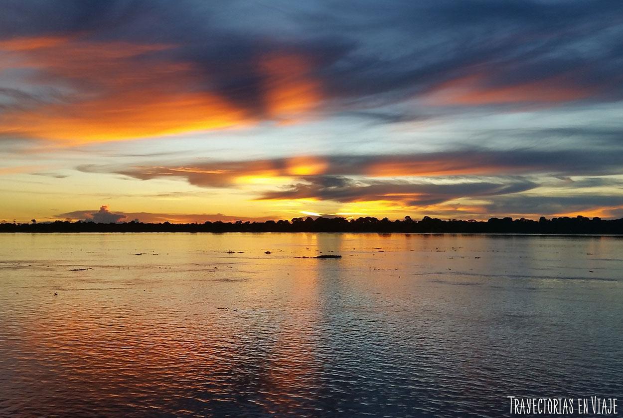 Atardecer desde el barco viajando por el Amazonas