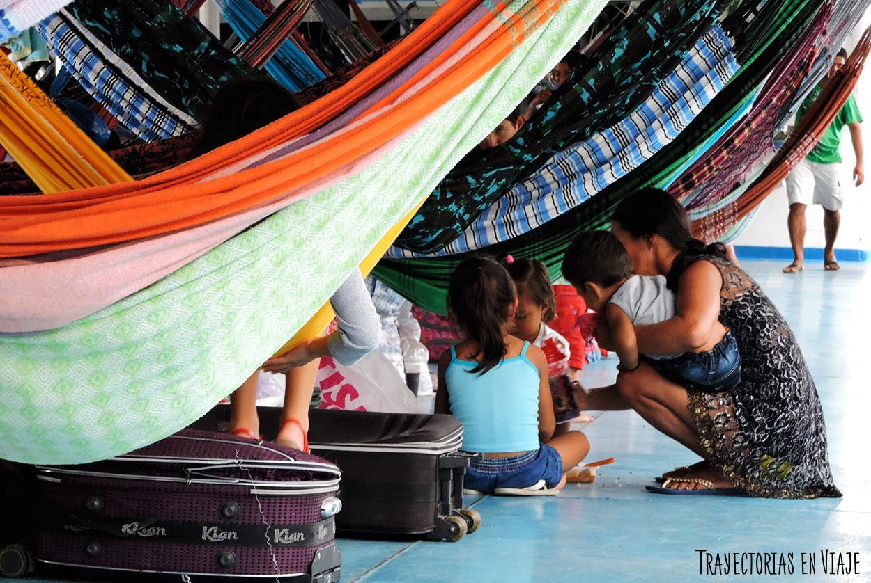 Momento familiar en el viaje en barco por el Amazonas