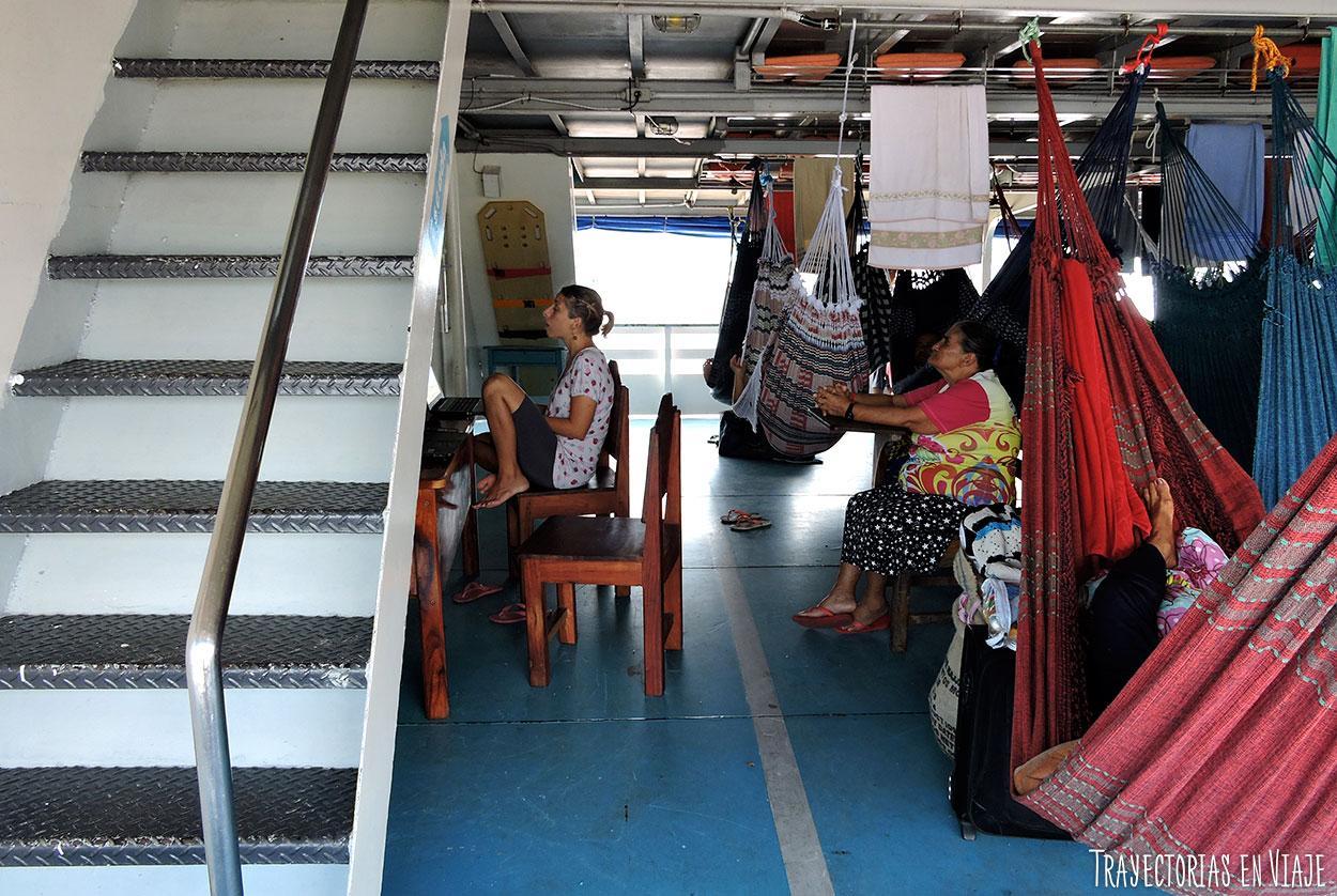 Momento de trabajo en el viaje en barco por el Amazonas