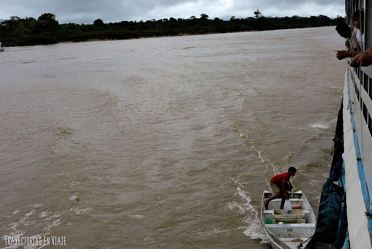 Vendedores ambulantes que encontramos en el viaje en barco por el Amazonas