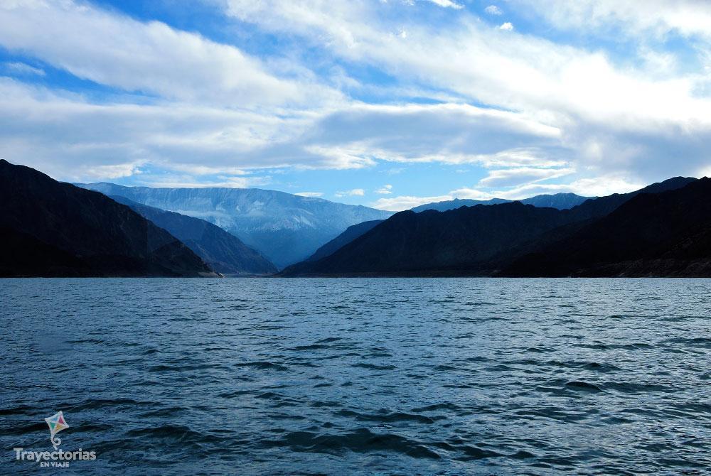 Lago del Dique Punta Negra con vista a la cordillera.